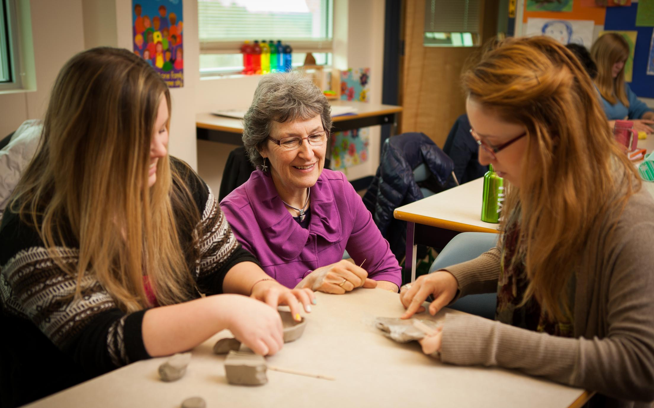 A VIU Faculty member mentoring students in her class.